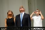 Ảnh: Gia đình ông Trump và hàng triệu người Mỹ xem nhật thực toàn phần