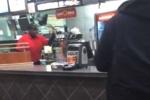 Nhân viên McDonald tức giận đập phá cửa hàng