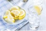 Uống nước đá khiến bụng to?