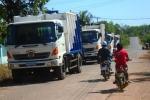 Không chịu nổi hôi thối, dân tập trung lại chặn xe chở rác