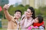 Hoa hậu biển Thùy Trang được sinh viên hào hứng vây quanh
