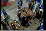 Nữ khách ăn mặc lịch sự trộm iPhone trong siêu thị nhanh như chớp