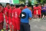 Video: Xúc động cầu thủ TP.HCM đứng trước sân bóng chắp tay vĩnh biệt thầy
