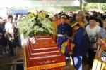 Người dân chen lấn, xô đẩy để 'xem' đám tang NSND Thanh Tòng tại nghĩa trang Gò Đen