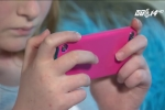 Biết thông tin này, bố mẹ sẽ không dám đưa điện thoại cho con nghịch nữa