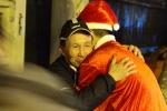 Ảnh: Người vô gia cư bật khóc, ôm chầm ông già Noel khi được nhận quà