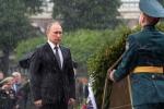 Tổng thống Putin đội mưa đặt hoa tưởng niệm các chiến sĩ vô danh