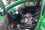 Chở côn đồ vào làng đánh người, taxi bị đập nát