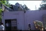 Clip: Lốc xoáy cuốn phăng hàng loạt mái nhà ở các tỉnh miền Nam