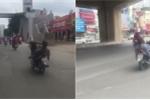 Khiếp đảm thanh niên nằm ngửa, lái xe máy bằng chân như làm xiếc trên phố