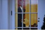 Khoảnh khắc Tổng thống Obama bị 'bắt gặp' để lại thư cho ông Trump trước khi rời Nhà Trắng