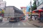 Rẽ quá nhanh, xe tải chèn ngang người phụ nữ đi xe máy