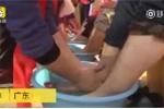 Clip giám đốc xắn tay áo, quỳ gối rửa chân cho nhân viên gây xúc động mạnh
