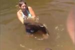 Cô gái xinh đẹp tay không bắt cá trê 'khủng'