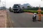 Bị CSGT dừng xe kiểm tra, xe đầu kéo đánh võng giữa phố bỏ chạy
