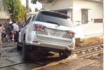 Tàu phải dừng khẩn cấp vì ô tô mắc kẹt trên đường ray