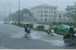Áp thấp nhiệt đới đổ bộ vào đất liền, miền Trung mưa lớn