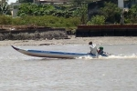 Chứng kiến cha rơi xuống nước, bé trai một mình gào khóc lênh đênh trên sông