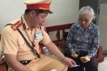Cụ già bị kẻ gian rạch túi lấy hết tiền về quê, CSGT giúp đỡ kịp thời