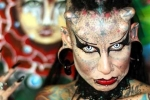 Ảnh quốc tế: 'Nữ ma cà rồng' phát biểu trong lễ hội