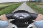 'Trổ tài' lái xe bằng chân, tự quay clip khoe trên mạng