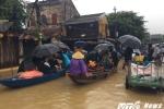 Bất chấp lệnh cấm, người dân vẫn dùng thuyền chở khách tham quan Hội An trong lũ