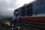 Xe đầu kéo đâm cầu vượt, đường sắt Bắc - Nam tê liệt