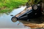 Va chạm với xe đầu kéo, xe ô tô 7 chỗ lật ngửa dưới mương