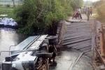 Phớt lờ biển báo 'cầu yếu', xe tải lật xuống sông