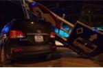 Tránh xe taxi, ô tô mất lái đâm đổ cột biển BRT