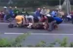 Clip: Trâu bị ôtô đâm chết giữa đường, dân đổ xô vác dao ra 'hôi thịt'