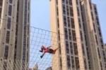 Video: Lính cứu hỏa leo dây thần tốc như người nhện