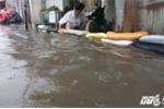 Sài Gòn ngập nặng sau mưa lớn, người dân vật vã be bờ, tát nước ra khỏi nhà