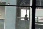Clip: Nam sinh chui đầu vào áo bạn nữ tại trường học khiến phụ huynh ngỡ ngàng