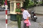 Hành động đẹp của các chiến sĩ CSGT trong Ngày truyền thống Công an nhân dân