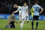 Fan cuồng lao vào sân quỳ lạy Messi giữa trận đấu