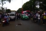 Người đàn ông phóng xe máy tốc độ cao tông ô tô, nhập viện nguy kịch