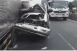 Xe khách bẹp dí sau tai nạn, nhiều người thoát chết