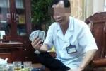 Xôn xao hình ảnh Giám đốc Bệnh viện đa khoa huyện đánh bạc tại phòng làm việc