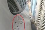 Chủ nhà bức xúc viết 'đỗ xe ngu' lên chiếc ôtô chắn ngang cổng nhà