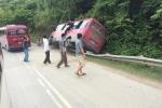 Video: Phóng nhanh đoạn đường cua, xe khách đâm vào vách núi