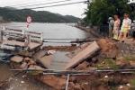 Lũ xoáy cuốn sập cầu, hàng trăm du khách không qua được vịnh Vĩnh Hy