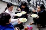 Ngày Tết, dân Hà Nội ra vỉa hè ăn bún, phở 100.000 đồng