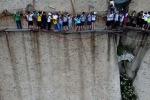 Dựng tóc gáy trải nghiệm đường mòn cheo leo trên vách núi dựng đứng ở Trung Quốc