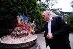 Đại sứ Mỹ Ted Osius đạp xe thăm và dâng hương Đền Hùng trước ngày Giỗ tổ