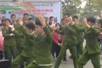 Nam sinh Cảnh sát nhảy hết mình trên nền nhạc sôi động