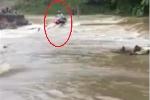 Video: Cố tình chạy xe máy qua đập tràn, người đàn ông bị cuốn trôi