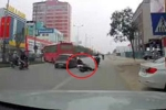Clip: Học sinh đi xe đạp điện đánh rơi mũ bảo hiểm gây tai nạn thót tim