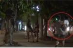 Phụ nữ bế con hốt hoảng chạy nhanh qua lãnh địa của gái bán dâm
