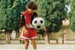 Xem những pha đi bóng ma thuật của Messi ở tuổi lên 8